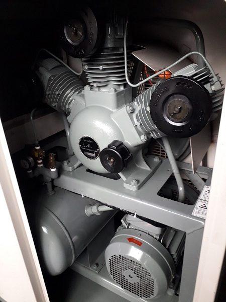 Bên trong máy nén khí cũ không dầu Hitachi 5.5 kW